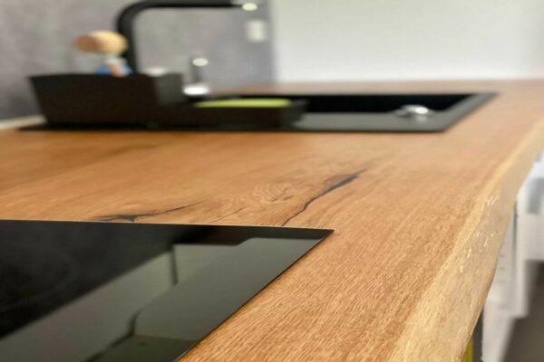Küchenarbeitsplatte mit eins. Baumkante