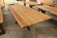 Tisch mit Baumkante aus Wildeiche gebürstet und mit V-Fuge