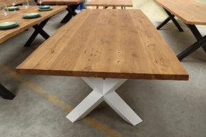 Tisch mit Baumkante aus rustikaler Baumkante dunkel geölt 220x100cm