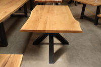 Tisch mit Baumkante aus Wildeiche auf Spider-Gestell