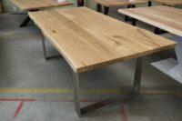 Tisch mit Baumkante aus Wildeiche auf einem U-Gestell