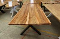 Tisch aus Rüster mit Baumkante