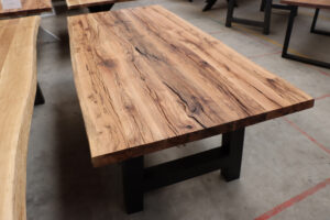 Tisch aus Alteiche mit Baumkante 220x100cm