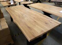 Tisch mit Baumkante aus Wildeiche