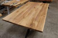Tisch mit Baumkante aus Eiche