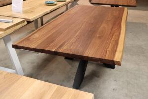 Tisch mit Baumkante aus Am. Nussbaum
